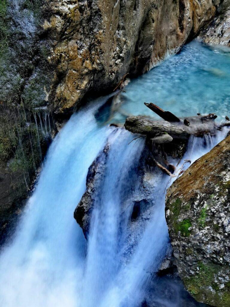 Das Wasser wirkt bei schönem Wetter idyllisch in der Schlucht in Tirol. Diese Naturgewalt kann aber auch viel vernichten