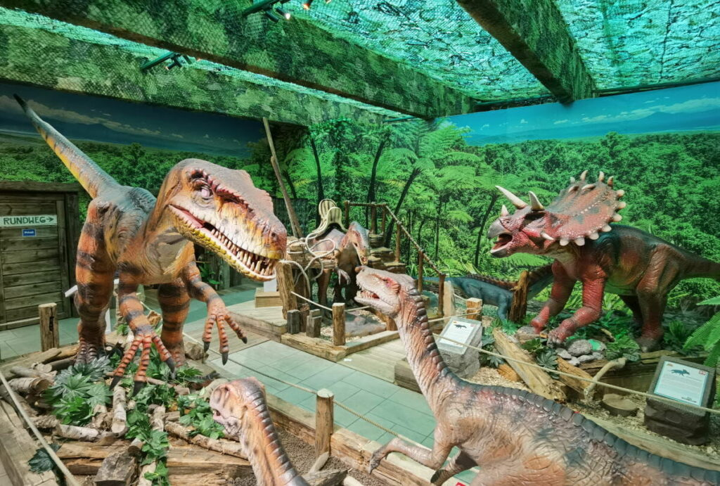 Dinoland Tirol - großer Dinosaurier Indoorpark Österreich - nahe der Wolfsklamm