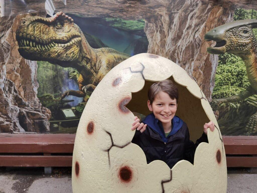 Unsere Erlebnisse im Dinoland Tirol - cooler Fotospot gleich am Eingang