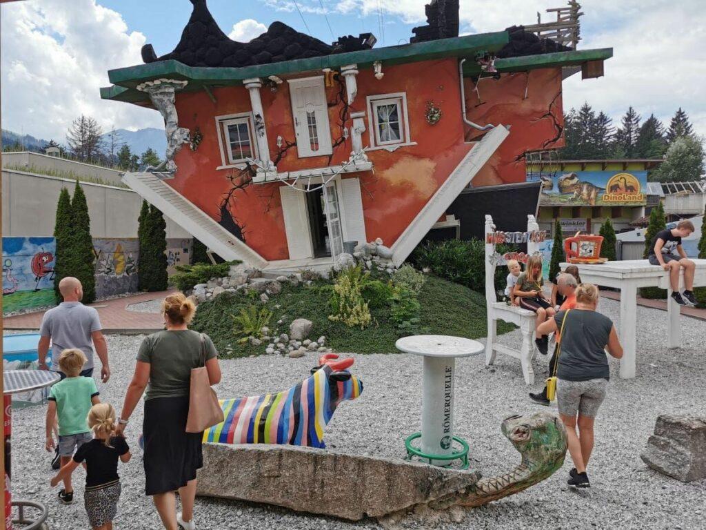 Haus steht Kopf - direkt neben dem Dinoland Tirol