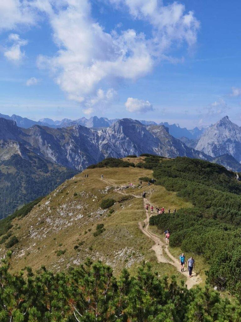 Die letzten Meter zum Bärenkopf wandern - und diesen Ausblick ins Karwendel geniessen